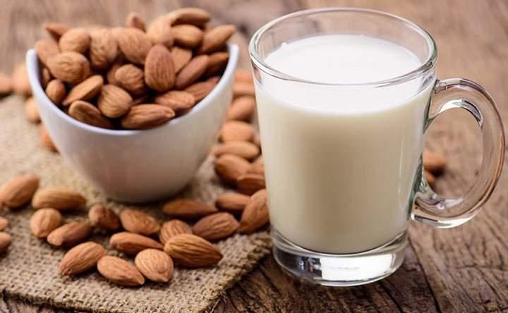 Sette benefici del latte di mandorle