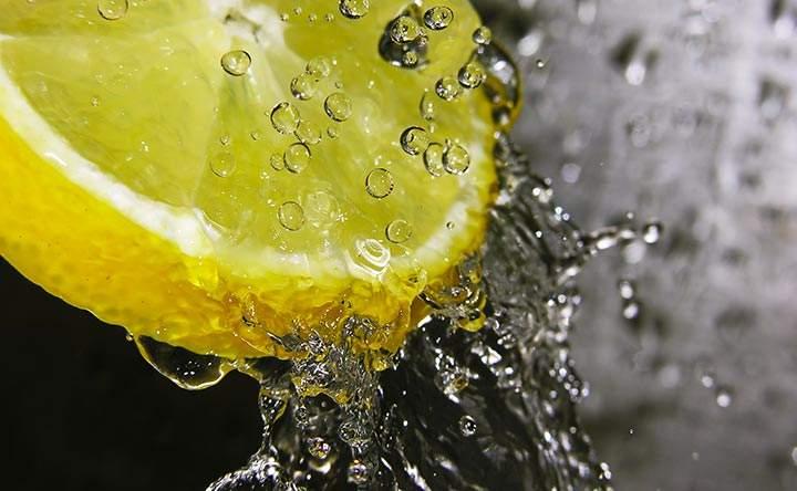 Acqua e limone: quali sono i reali benefici?