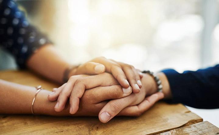 Tenere la mano del proprio partner può alleviare il suo dolore