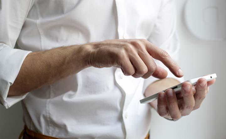 Attenzione a non appoggiare il cellulare alla testa: lo dicono le stesse istruzioni dei cellulari