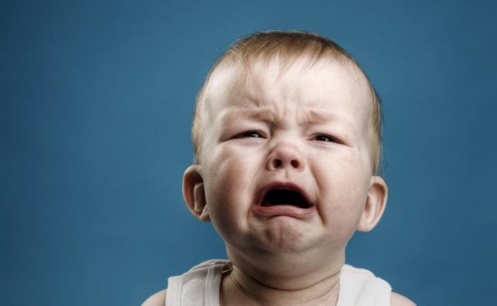Quando un bambino piange: correre subito o aspettare?